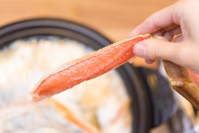 カニ本舗のズワイガニを通販した口コミ カニ鍋にカニ身を入れる画像